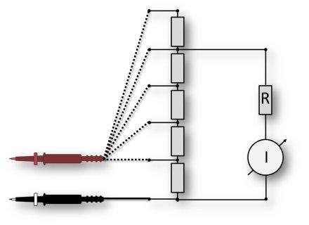 Spannung messen mit analogem Multimeter.