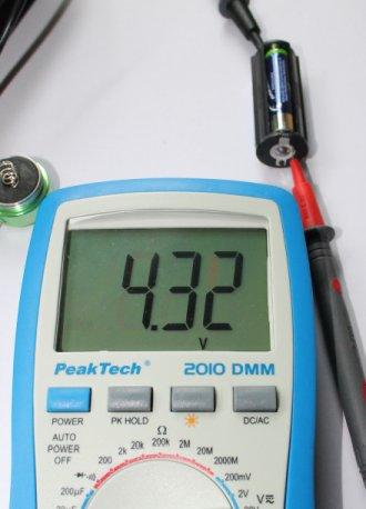 Kontaktieren mit Messspitzen und Ablesen der Spannung.